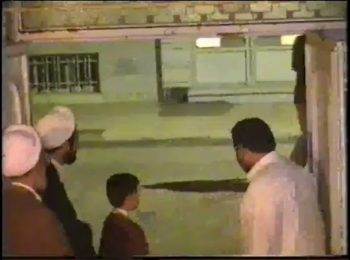 فیلم حضور رهبر معظم انقلاب در منزل علامه مصباح یزدی در سال ۱۳۷۹