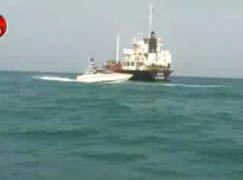 فیلمی از لحظه توقیف کشتی خارجی حامل سوخت قاچاق توسط سپاه پاسداران