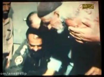 بوسه پدر شهید عباس بابایی بر پای فرزند شهیدش